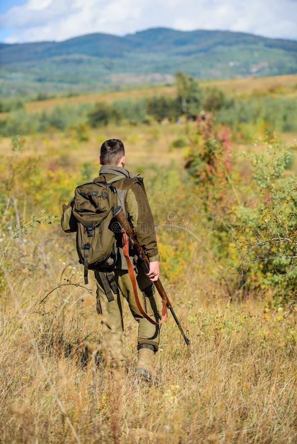 L'esperienza e la pratica presta la caccia di successo Stagione di caccia Ambiente della natura di caccia del tipo Attività masch immagini stock