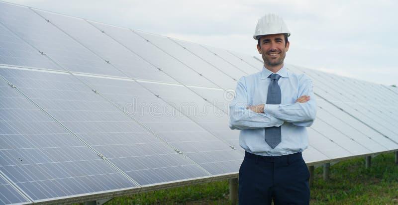 L'esperto tecnico in pannelli fotovoltaici a energia solare, telecomando realizza le azioni sistematiche per usando pulito, r del fotografia stock