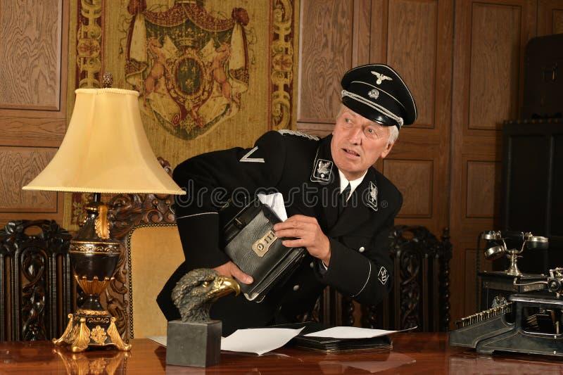 L'espion allemand vole les papiers importants images stock