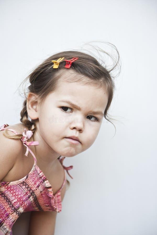 L'espionnage de petite fille image stock