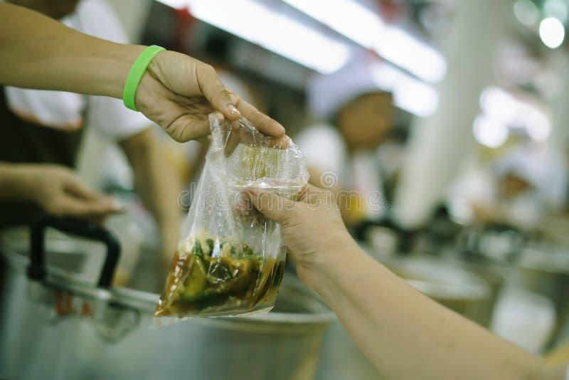 L'espoir des pauvres est de manger de la nourriture pour la survie dans la société : le concept de l'inégalité sociale photo libre de droits