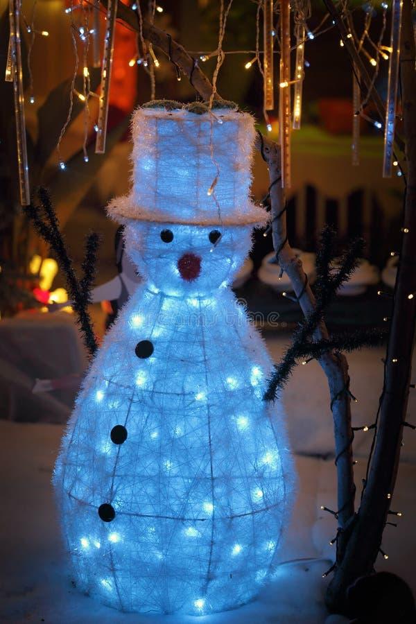 L'esposizione di Natale della neve del pupazzo di neve con il twinkling accende il paese delle meraviglie fotografia stock libera da diritti