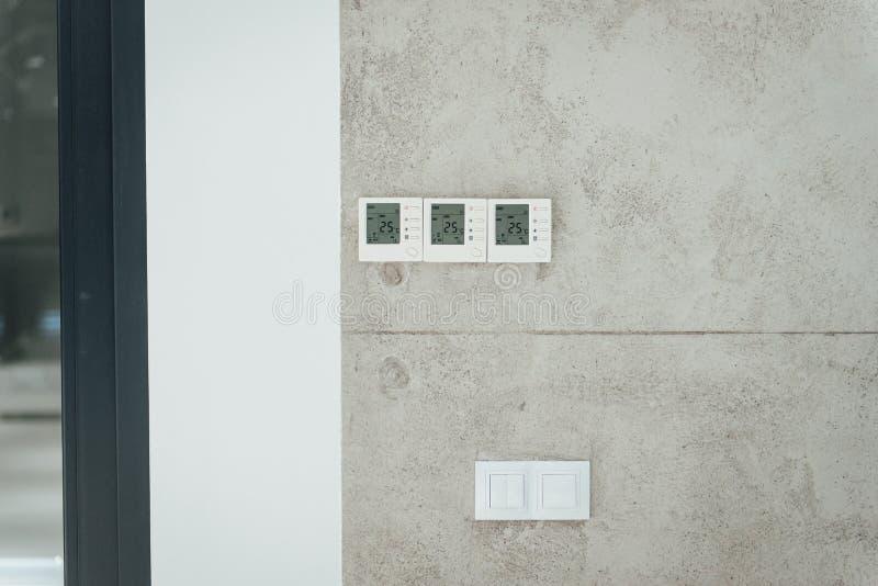 L'esposizione di parete che mostra i consumi domestici si è riferita alla temperatura ed al riscaldamento fotografie stock