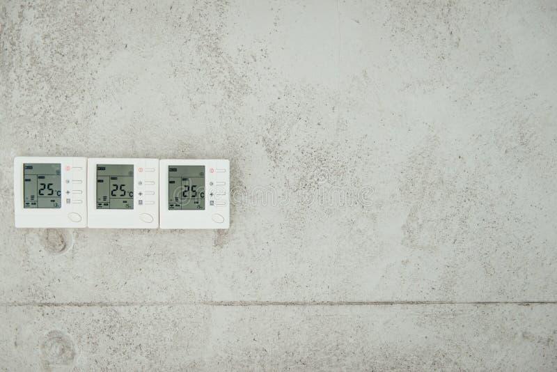 L'esposizione di parete che mostra i consumi domestici si è riferita alla temperatura ed al riscaldamento fotografie stock libere da diritti