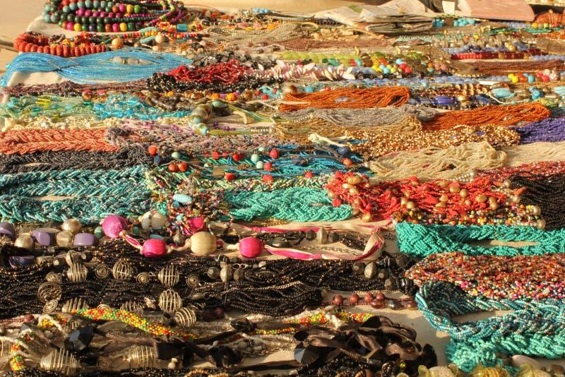 L'esposizione di variopinto indiano handcrafts i necklages fotografia stock