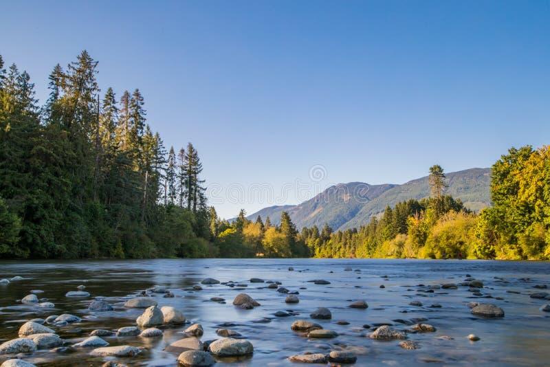 L'esposizione lunga del paesaggio del fiume ha sparato in porto Alberni, isola di Vancouver, BC, il Canada Posto famoso per Salmo fotografia stock