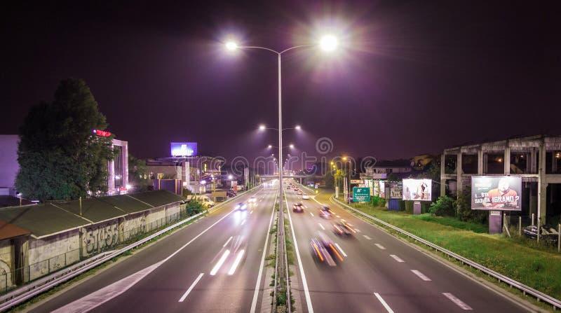 L'esposizione lunga di notte ha sparato sulla strada principale E-75 di Belgrado fotografie stock