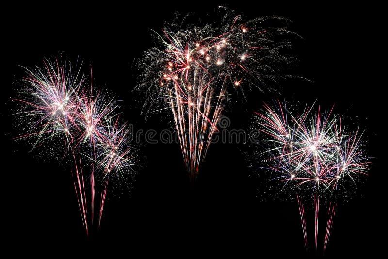 L'esposizione variopinta dei fuochi d'artificio festivi isolata nello scoppio modella su fondo nero Bella luce per la celebrazion immagine stock