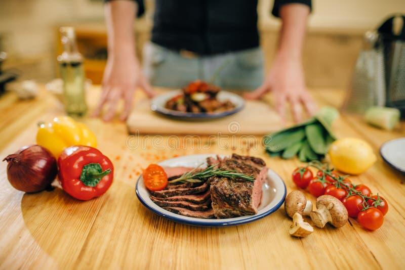 L'esprit de plat a r?ti des tranches de viande sur la table en bois images stock
