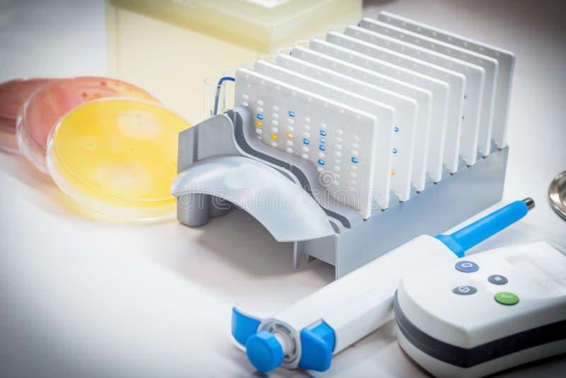 L'essai de biochimie automatisent pour l'agent pathogène identifié en microbiologie r photo stock