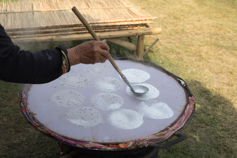 L'essai de main a fait le riz croquant photo libre de droits