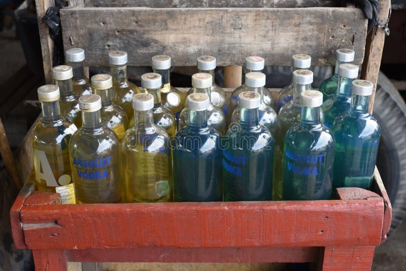 L'essence est présentée en vente dans des bouteilles de vodka dans une rue de Jakarta, Indonésie image stock