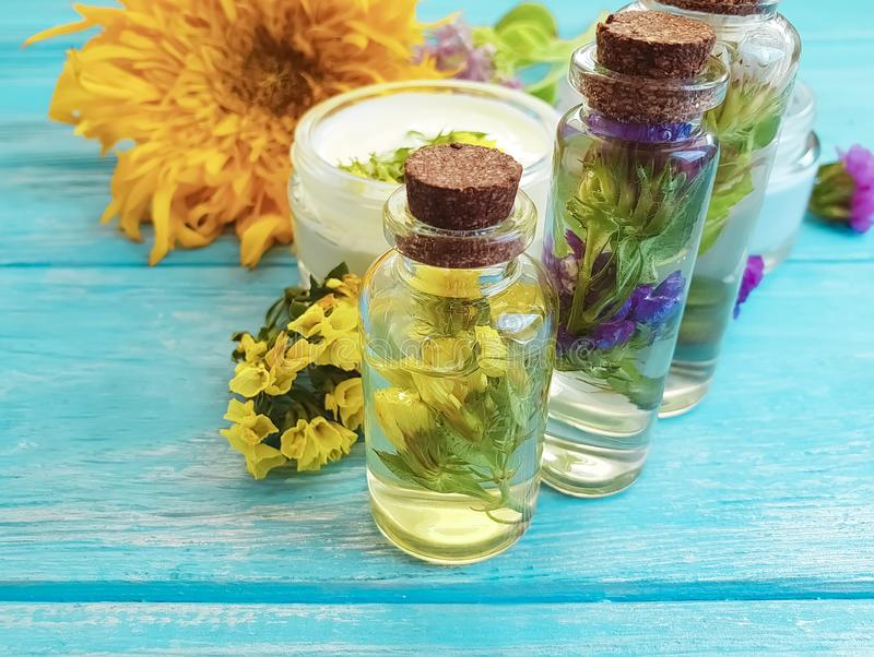 l'essence, le vintage cosmétique crème a flairé aromatique détendent les fleurs naturelles de bien-être alternatif sur un en bois photos libres de droits