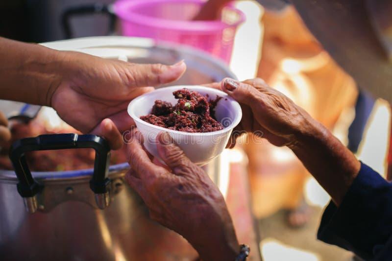 L'essere senza tetto di concetto: Bisogni dell'alimento del povero nell'aiuto della società con donazione dell'alimento: Il barbo fotografia stock