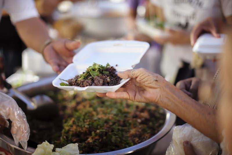 L'essere senza tetto di concetto: Bisogni dell'alimento del povero nell'aiuto della società con donazione dell'alimento: Il barbo fotografie stock