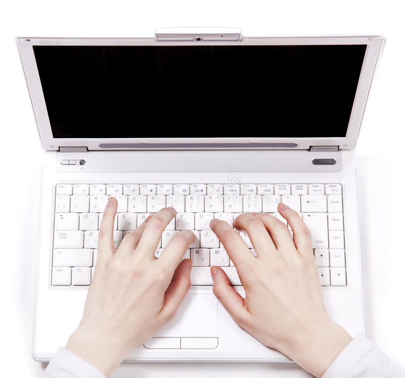 L'essere umano cosegna la tastiera del computer portatile durante digitare. immagini stock libere da diritti