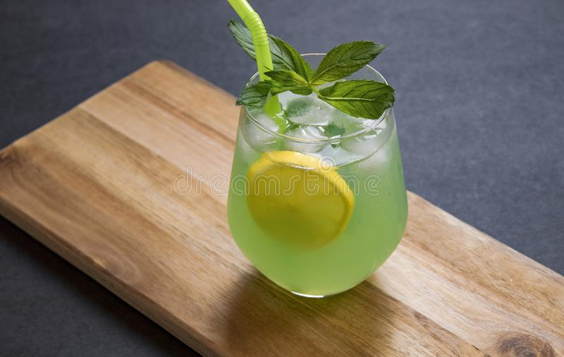 L'estate beve il mojito della limonata con ghiaccio e la menta su fondo isolato fotografia stock libera da diritti