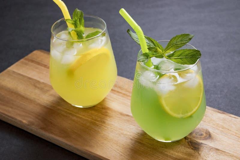 L'estate beve il mojito della limonata con ghiaccio e la menta su fondo isolato immagine stock