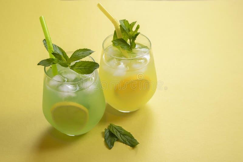 L'estate beve il mojito della limonata con ghiaccio e la menta su fondo isolato fotografia stock