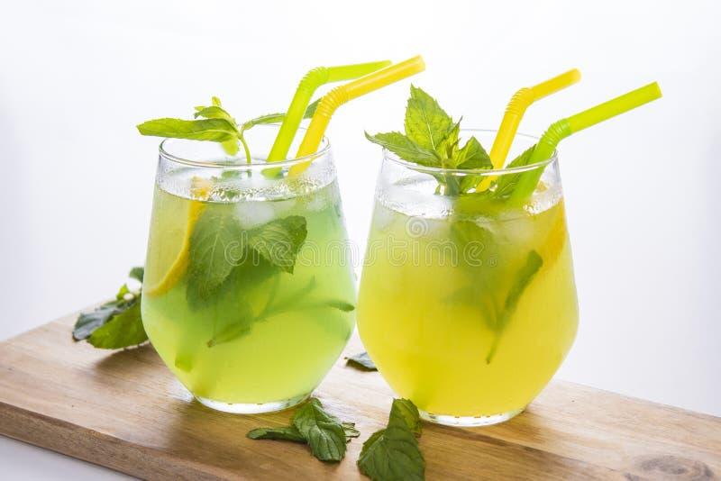 L'estate beve il mojito della limonata con ghiaccio e la menta su fondo isolato immagini stock libere da diritti
