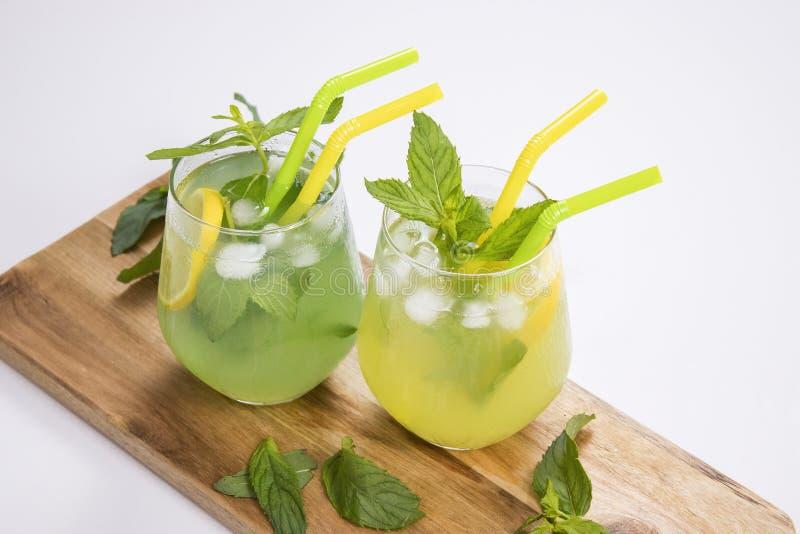 L'estate beve il mojito della limonata con ghiaccio e la menta su fondo isolato fotografie stock libere da diritti