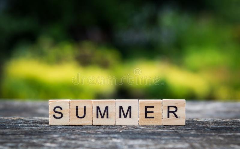 L'estate di parola, composta di plance di legno leggere, sul backgro immagine stock