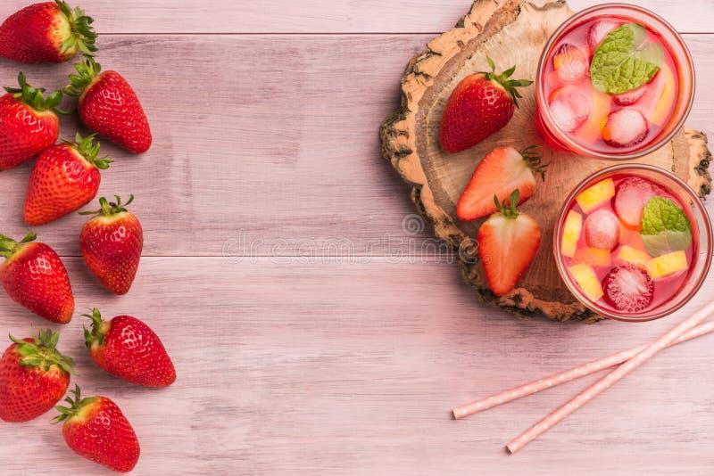 L'estate di rinfresco beve con la fragola, il limone ed il ghiaccio immagine stock libera da diritti