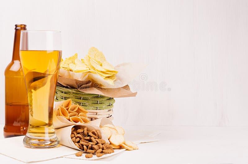 L'estate fa un spuntino - i nacho, i crostini, le patatine fritte, la merce nel carrello della tortiglia, gli angoli del mestiere fotografia stock libera da diritti