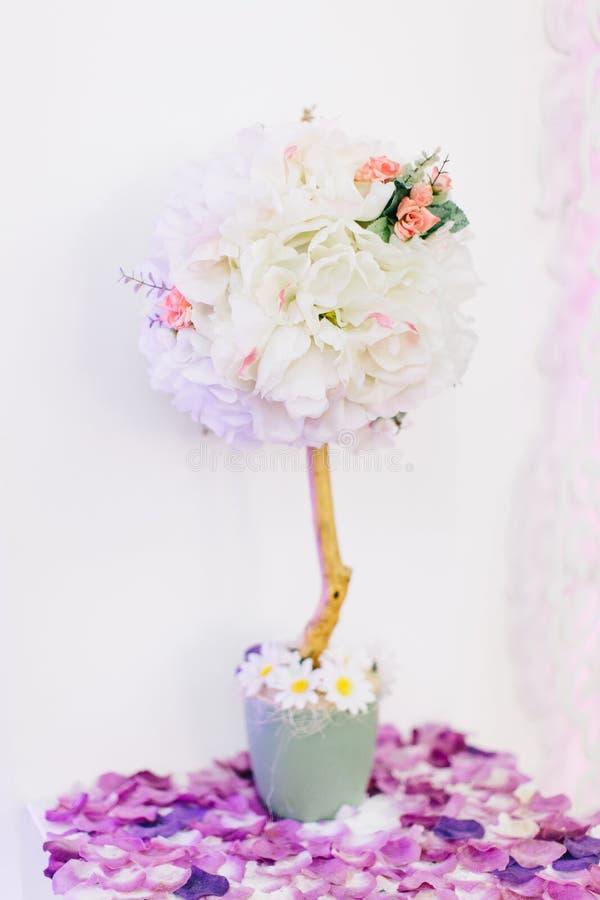 L'estate o la primavera dell'interno fiorisce per la decorazione di nozze fotografie stock