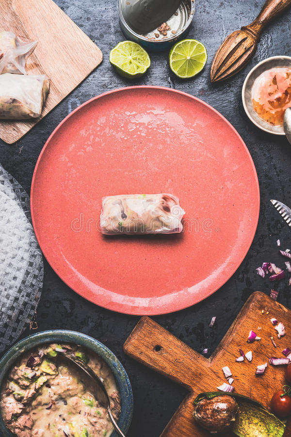 L'estate rotola con il materiale da otturazione inscatolato dei tonnidi, la preparazione sul tavolo da cucina rustico con i piatt fotografie stock