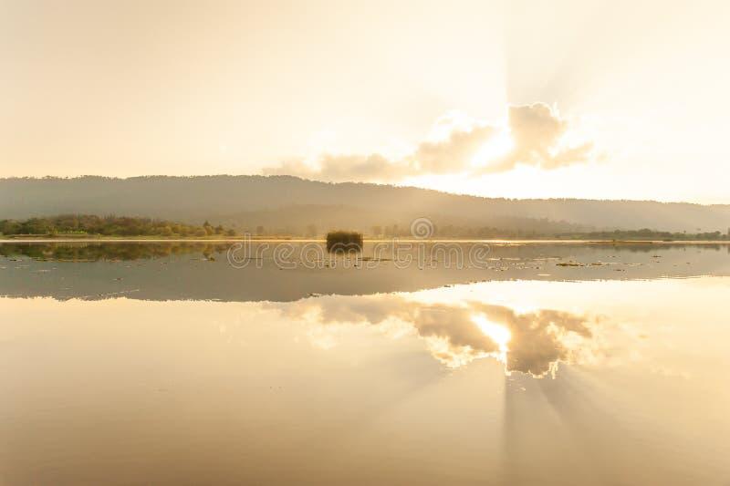 L'estate sta venendo Il sole splende attraverso le nuvole intorno alla l fotografia stock libera da diritti