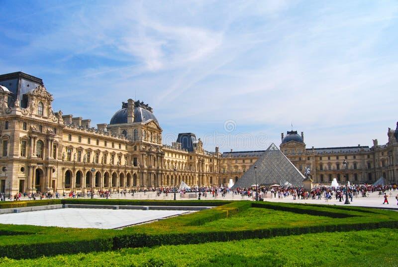 L'esterno collega il museo e la piramide a massa del Louvre immagini stock
