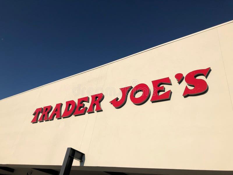L'esterno ed il segno di Joe del commerciante immagini stock
