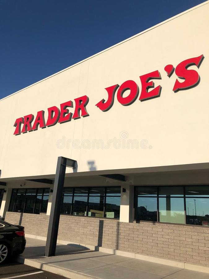 L'esterno ed il segno di Joe del commerciante fotografie stock