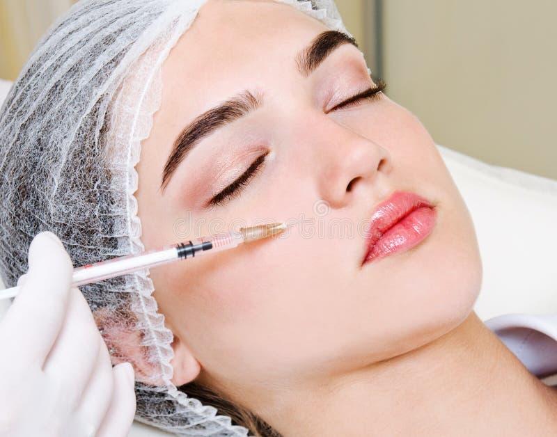 L'esthéticien de cosmetologist de docteur fait la procédure faciale rajeunissante d'injections pour serrer et lisser des rides de photo stock