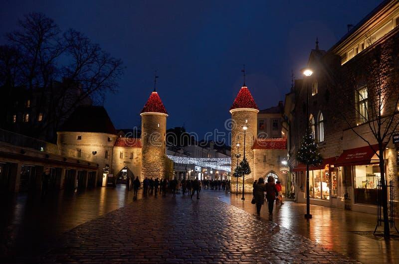 L'Estonia Portone di Viru in Città Vecchia di Tallinn alla notte 2 gennaio 2018 fotografie stock libere da diritti