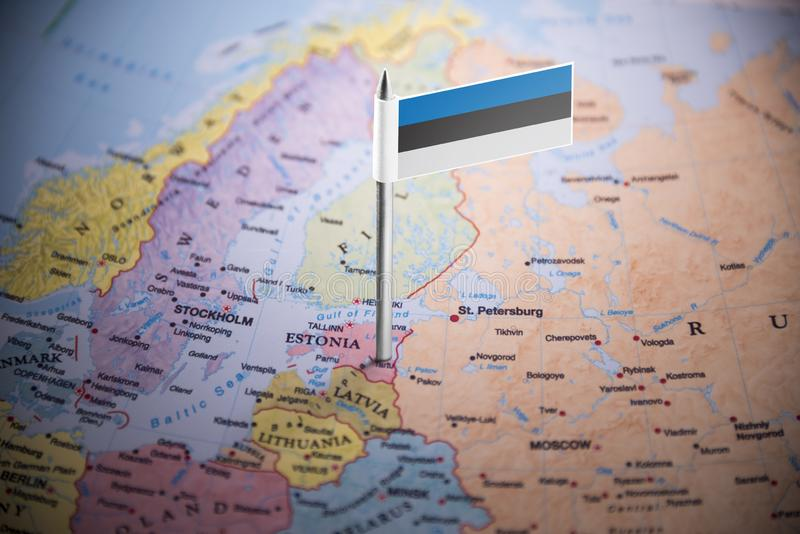 L'Estonie a identifié par un drapeau sur la carte images stock