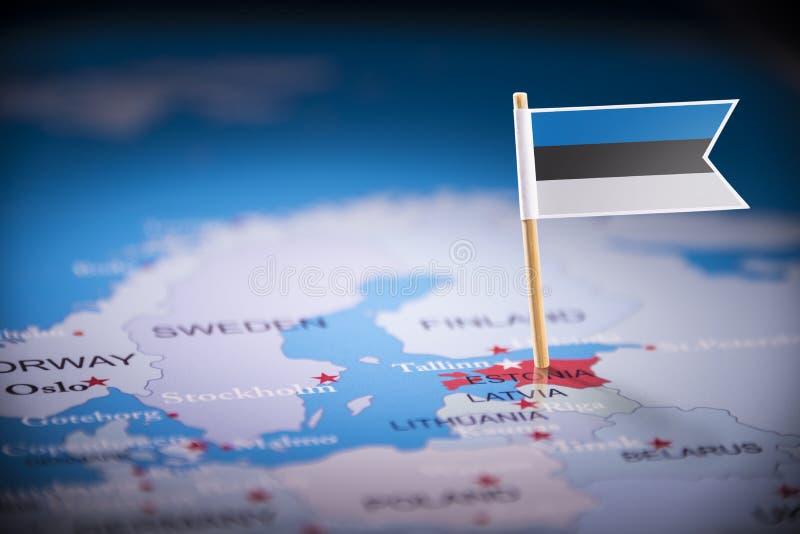 L'Estonie a identifié par un drapeau sur la carte photos stock