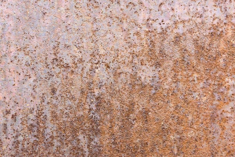 L'estratto ha corroso il fondo arrugginito del metallo, mostrante le strutture della ruggine immagini stock