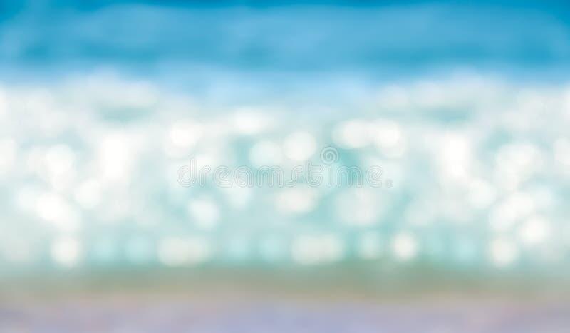 L'estratto ha offuscato il bokeh brillante di luce solare sul mare blu immagine stock libera da diritti