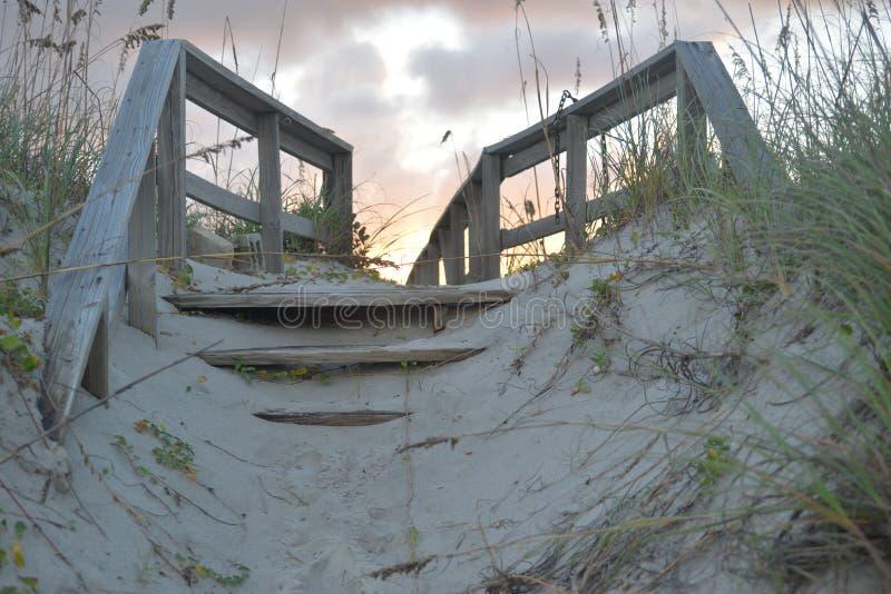 L'estremità del sentiero costiero della spiaggia ed il tramonto comincia nell'ovest fotografia stock libera da diritti