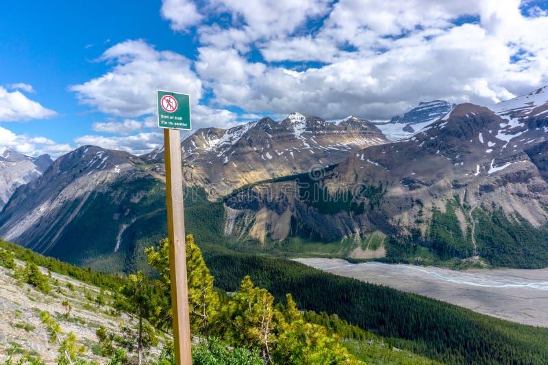 L'estremità della traccia di escursione segnale di pericolo dentro le Montagne Rocciose canadesi fotografia stock