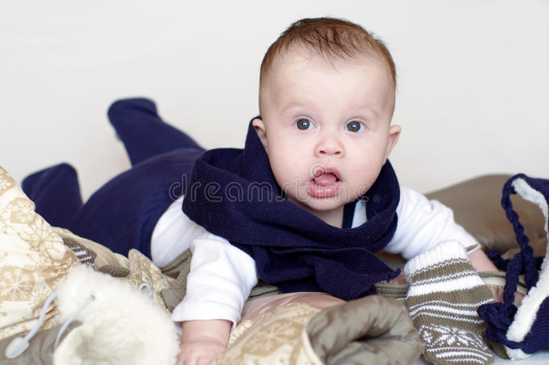 L'età del bambino di 4 mesi sta andando camminare immagini stock