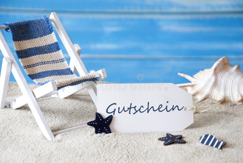 L'etichetta dell'estate con sdraio, Gutschein significa il buono immagine stock libera da diritti