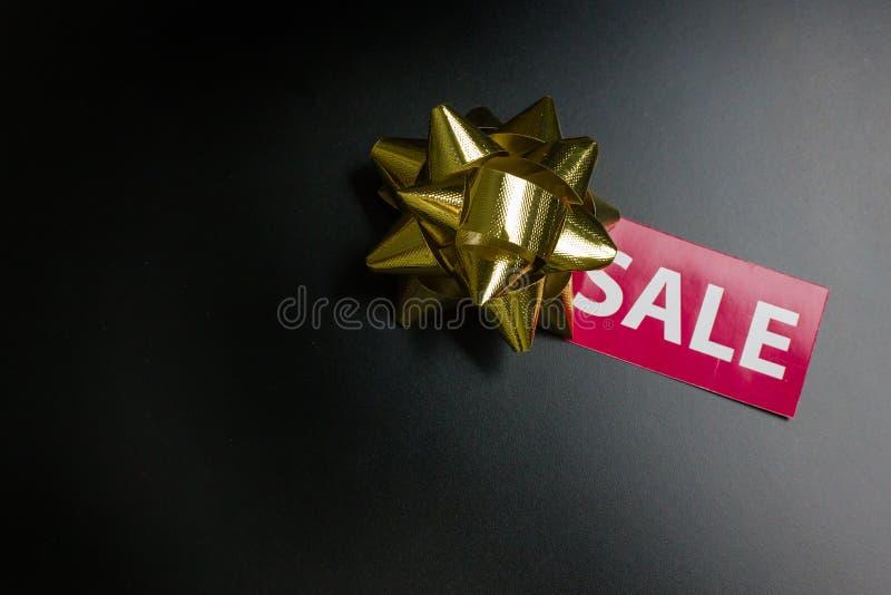 L'etichetta di vendita sul nero al suolo venerdì di concetto della parte posteriore del nero fotografia stock libera da diritti
