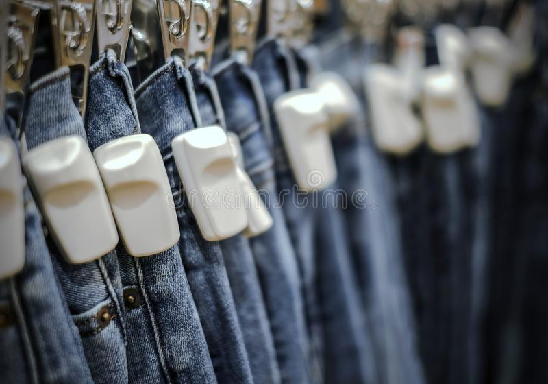 L'etichetta dura di RFID sulle blue jeans ansima in negozio immagini stock libere da diritti