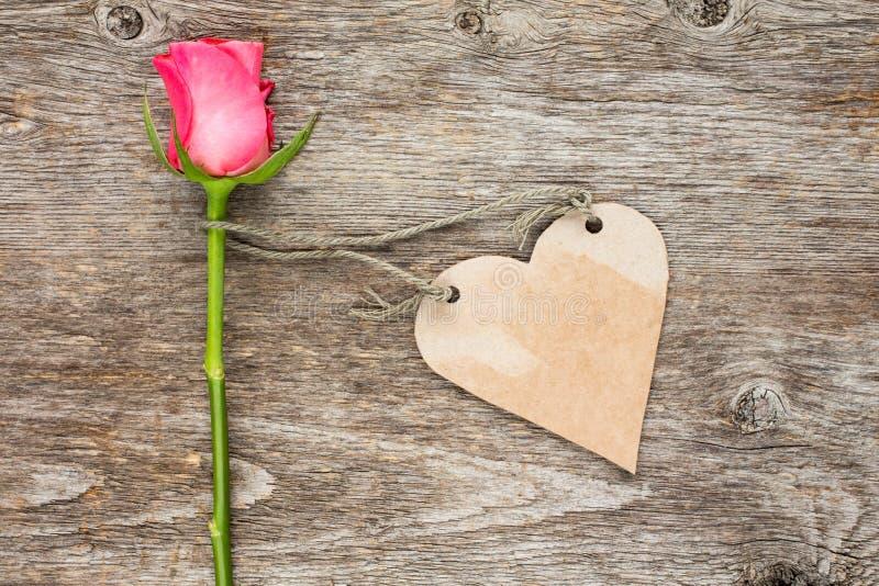 L'etichetta a forma di del cuore in bianco e sceglie rosa fotografia stock libera da diritti