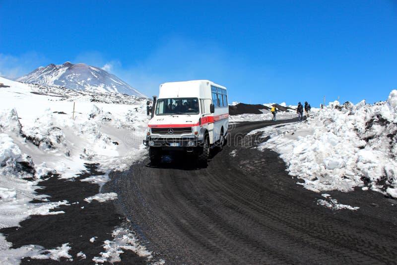 L'Etna, Sicile, Italie - 9 avril 2019 : Jeep ou autobus de touristes conduisant des touristes au dessus du volcan et du dos de l' photos libres de droits