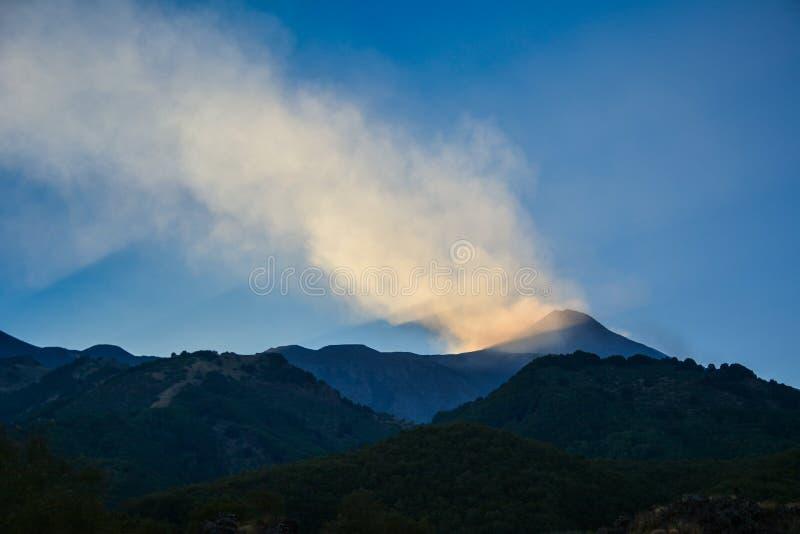L'Etna, Sicilia, Italia - vulcano nel tempo di pace immagini stock