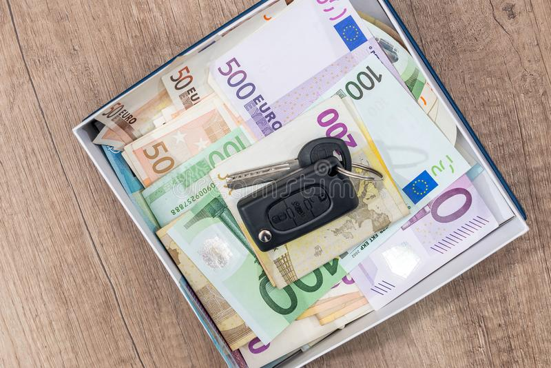 l'euro banconota con l'automobile digita la scatola immagini stock